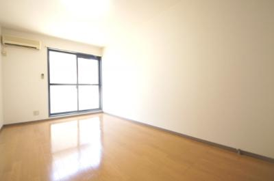 洋室7.5帖のお部屋です。