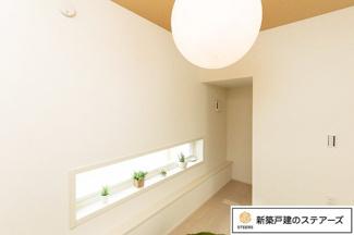 洋室です。 階段下の3帖の部屋は1段下がっており、隠れ家のようなスペースで落ち着いた空間になっています。
