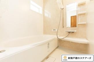 お子様と一緒に入ってもゆったり浸かれる1坪タイプの浴室。お掃除しやすいカラリ床を採用しています!雨の時期や花粉の時期に便利な浴室乾燥機付き!