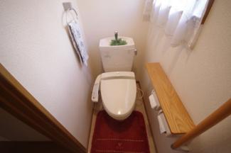 1階トイレ。手すりがあり安心です