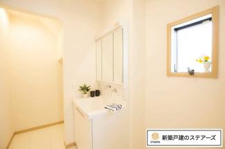 三面鏡の裏にはたっぷりの収納スペースを確保!歯ブラシや化粧水などのスキンケアを仕舞うことができますよ♪ホースは引き出すことが出来るのでお掃除も簡単!