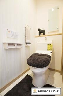 汚れにくく、掃除がしやすい加工がされたトイレです。 便座をリフトアップでき、清潔にお掃除ができます。