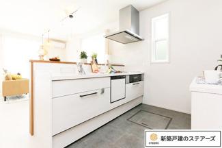 汚れが付きにくいシンク、更には食洗器と、忙しい毎日の家事をスムーズにこなせる使いやすいキッチンです! お子様と一緒にお料理がしたくなりますよね♪嬉しい食洗機付きです!