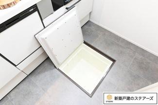 便利な床下収納も!温度や湿度を選ばないものをしっかり収納できます!お醤油や油などのストックを仕舞うことが出来るのでキッチンがスッキリしますよ!