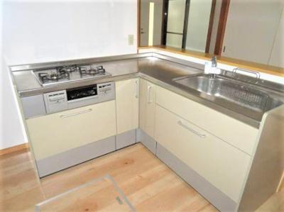 広いスペースで効率的に料理ができるL型キッチン。 同時にたくさんの料理ができる3口コンロ!