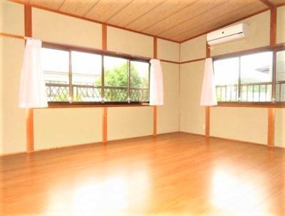 日当たり◎、窓も多く明るいお部屋です。 毎朝すっきり目覚めることができそうですね。
