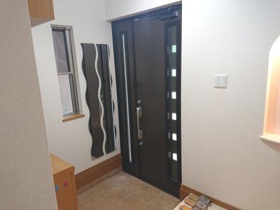 3方に窓を設けた開放感のあるLDK約16.0帖!腰壁を採用し、お洒落な内装に仕上がりました♪