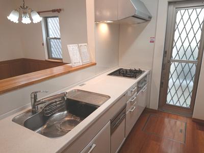 LD全体を見渡すことができる対面式キッチンを採用!3つ口ガスコンロ・食洗機付で家事が捗ります◎