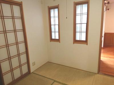 南向きバルコニーに面する約7.5帖の主寝室です。北側にも窓があり、採光・通風共に良好な空間に♪