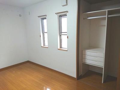 棚板+カウンターを設けた洋室約6.0帖です。見せる収納として素敵なお部屋に仕上げてくださいね♪
