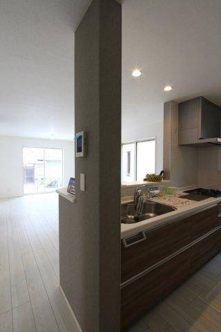 家族が集まる憩いのリビングは17帖、南向きの明るい空間!システムキッチンは家族とコミュニケーションが弾む対面式。全室収納付きで収納スペース豊富な間取りになってます。