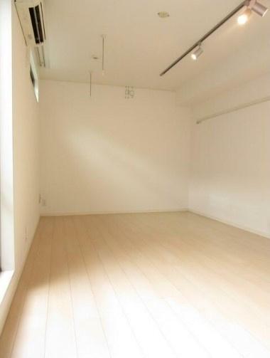 13.7帖のきれいな洋室。