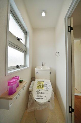 窓があり換気もできるトイレスペース。