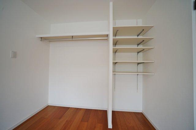 オープンタイプで使いやすい棚収納付きです