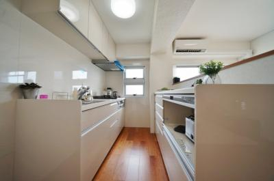 キッチン背面にはうれしいカップボード付き
