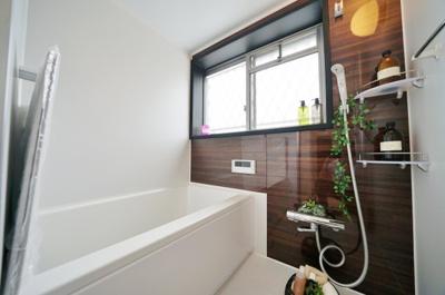 窓があり開放感のあるバスルームでリラックスタイムを