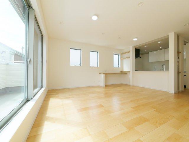 家族の集うLDKは17帖のゆとりある空間です 三面開口の光と風を享受する心地よい空間です 床暖房が標準装備です