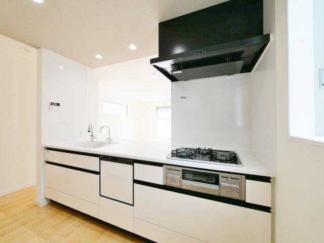 人気の対面キッチンには食器洗乾燥機、ガラストップコンロが標準装備です