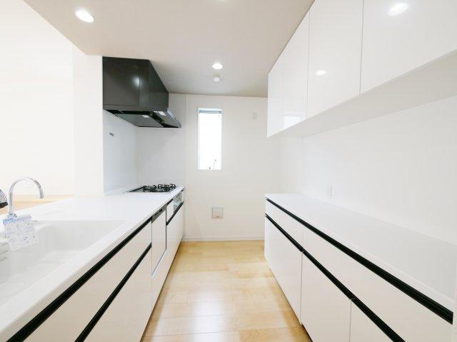 キッチン背面には食器や調理器具の収納に便利なカップボードがございます