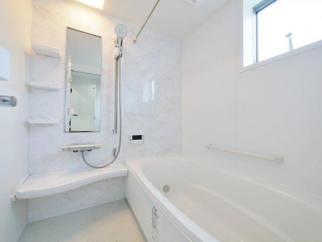 白を基調とした清潔感あふれる浴室 一坪タイプの浴室は足をのばしてゆっくりバスタイムを楽しめます 浴室換気乾燥機が標準装備です