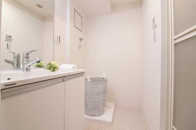 洗面室に洗濯機置き場が有ります♪