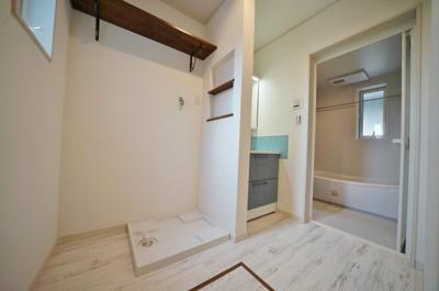 洗面スペースには防水パン付の室内洗濯機置場もございます