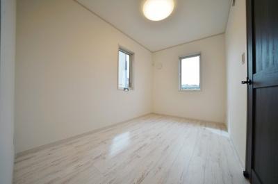 2階約5.1帖のお部屋です。使いやすいシンプルなレイアウト