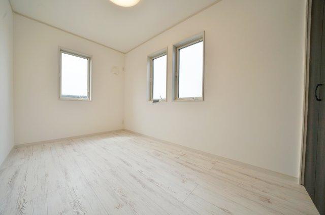 2階約5帖のお部屋は2つ並んだ窓がアクセント。