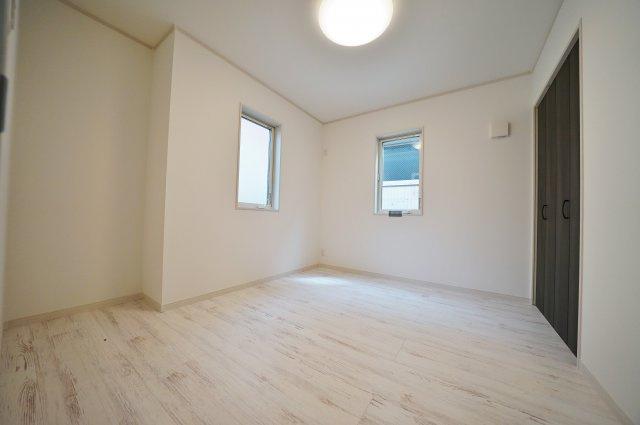 2階約5.5帖のお部屋です。全居室2面採光で開放感がございます