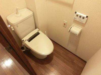 お手洗いは温水洗浄便座付きになります。