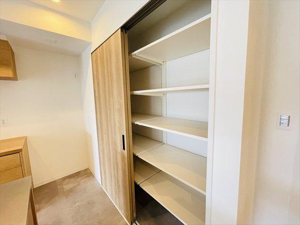 キッチン横には可動棚の収納がございます!建具も配置されているので生活感をなくすことができますね♪