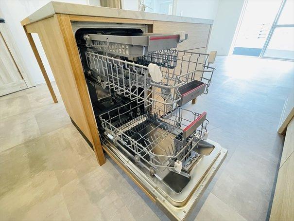BOSCHのビルトイン食洗機です!上部2段のトレイを外して大物もらくらく洗えます!