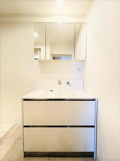 新品洗面台は、蛇口が壁についている最新タイプ!水が飛び散りにくくお掃除も楽々なんです♪