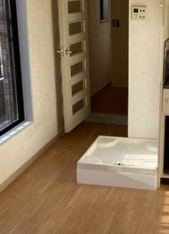洗濯機置き場は洋室に設置されております。