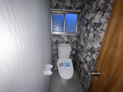 窓付きクロス入りトイレ