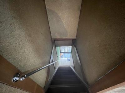 階段は手すり付きです。