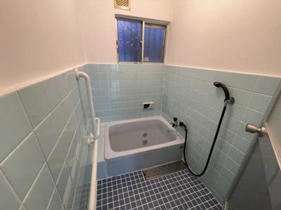 爽やかなカラーの窓付き浴室