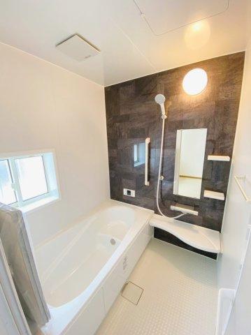 半身浴もできる1坪タイプの広々とした湯船があり、朝日を浴びながらの入浴も気持ちよさそうですね。暖房乾燥機付きなので雨の日でも安心して衣類を乾かすことができ、寒い冬でも快適に過ごすことができます。