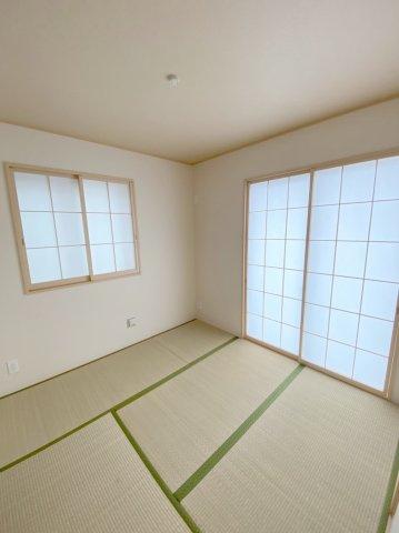 リビング隣の和室は、趣ある安らぎ空間。来訪時や家事スペースとしても重宝します。お客様の宿泊にも対応できる頼もしい空間です。