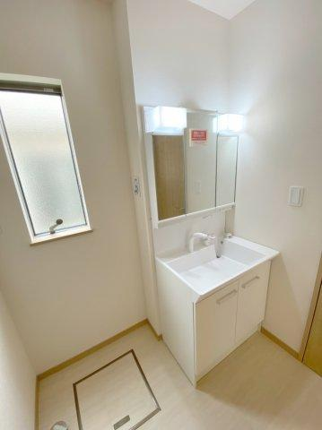 大きく深いボウルとハンドシャワーを利用して洗面台で髪を洗うことができます。シャンプーやコンディショナー、化粧水などを置いておくのに役立ちます。
