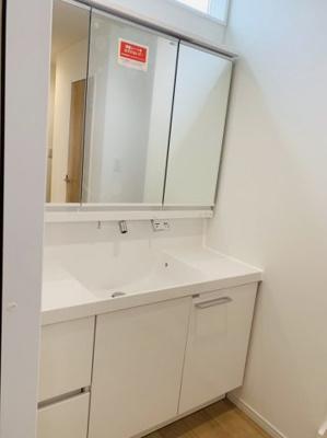 三面鏡は女性の身支度に必須ですよね♪鏡は扉式になってるので収納スペースになっていて、洗面周りもスッキリ片付きます♪