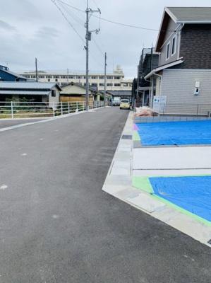 前面道路です! 幡多小学校が見えます♪ 小学生のお子様がいらっしゃるご家庭は通学も安心ですね♪