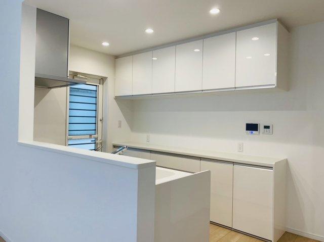 キッチン壁面には大容量の収納があり、キッチン周りがスッキリ片付きますね♪