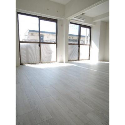 ウッド調の床材を使用したリビングです