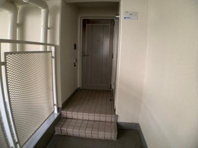 玄関前段差がございます。