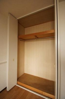 各居室には収納スペースがございます