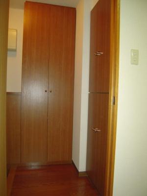 玄関にはシューズボックスのほかに2ヶ所の収納スペースがあります