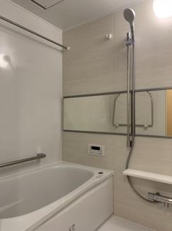浴室換気暖房乾燥機付き。雨が多く湿度の高い梅雨や、天気が悪く気温も低い冬などは洗濯物が乾きにくかったりするので付いていると助かりますね♪