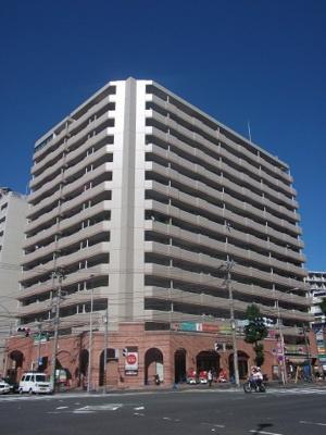 横浜駅徒歩8分のマンションです。