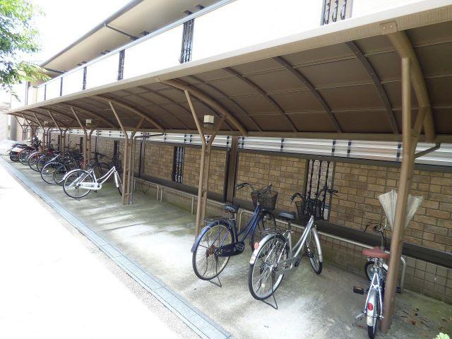雨も安心の屋根付き駐輪場。